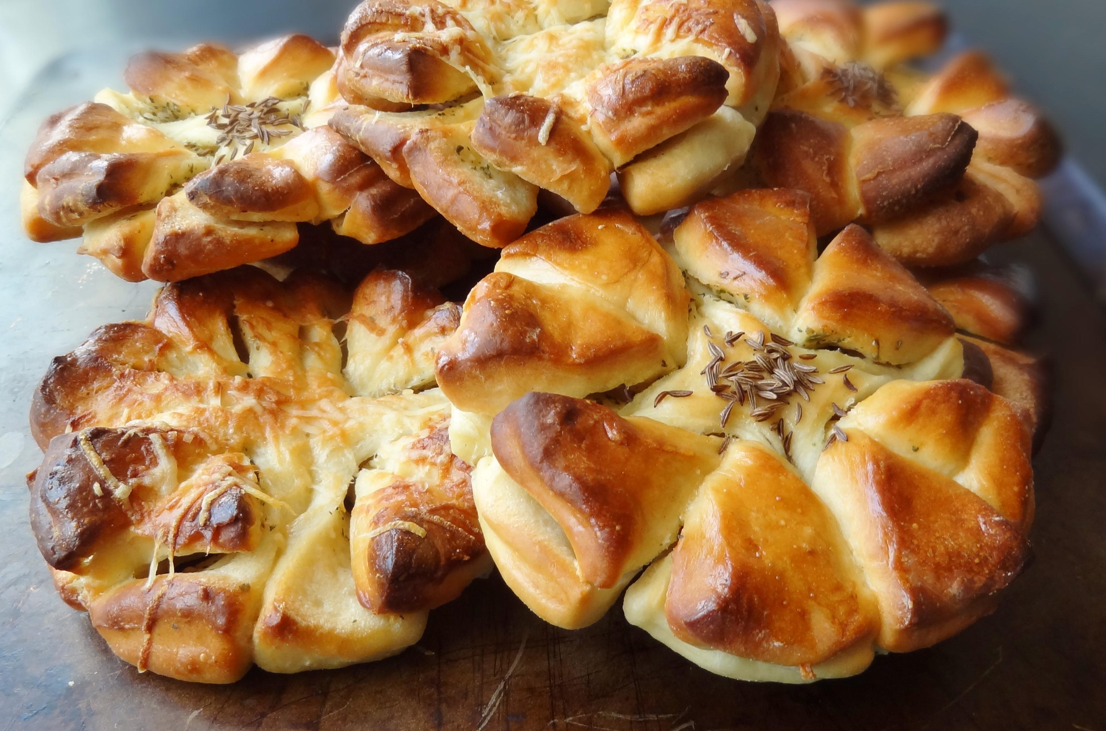 Garlic Butter Clover Bread Rolls - Domestic Gothess